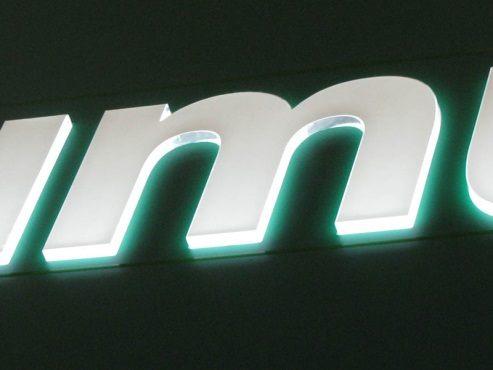 Буква M с подсветкой