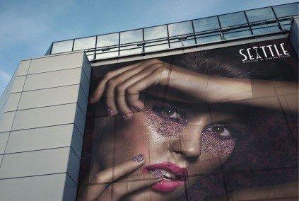Баннер с рекламой на здании
