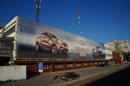 Широкоформатный рекламный баннер на здании