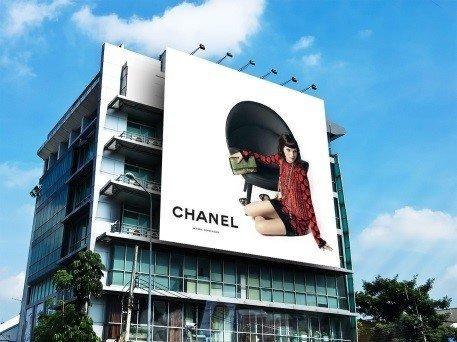 Реклама chanel на фасаде здания