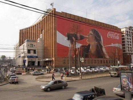 Фото рекламного баннера на фасаде здания