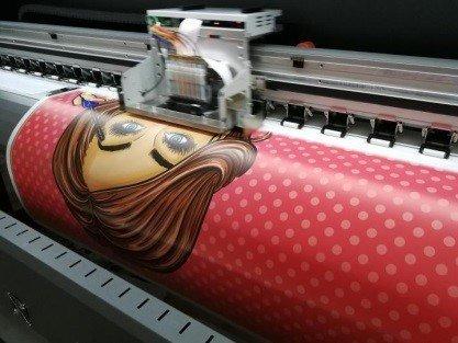 Процесс интерьерной печати на самоклеющейся пленке
