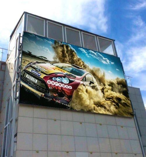 Рекламный баннер на здании
